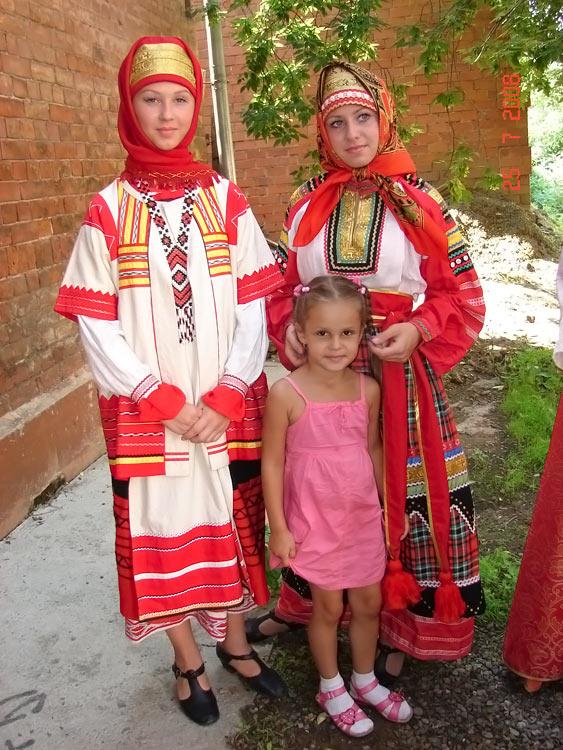 Формы народной одежды славян постоянно менялись, испытывая влияние...