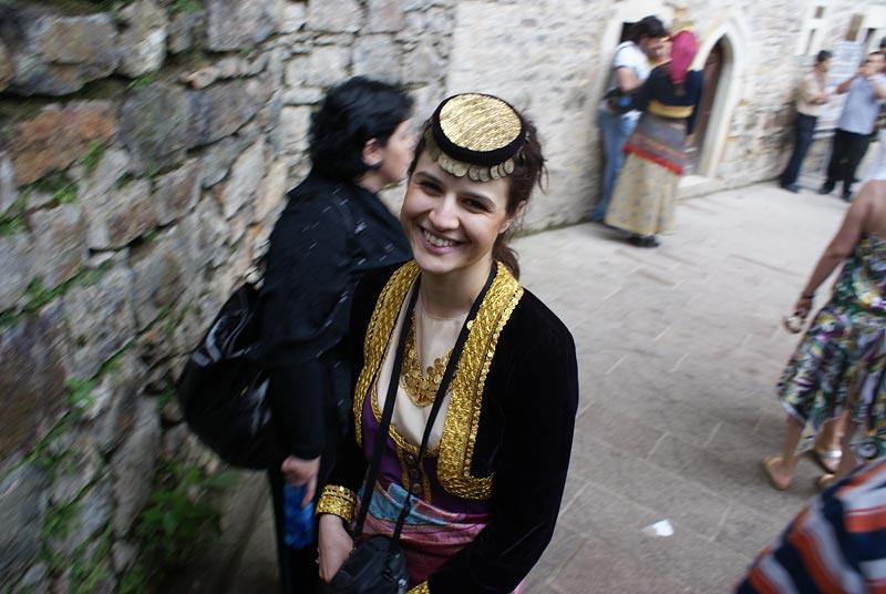 Современная женщина с такой прической выглядит, словно греческая.