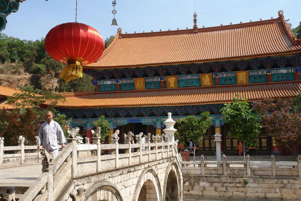 Храм юаньтун расположен в центре куньмина - это крупнейший храм, который был построен в конце