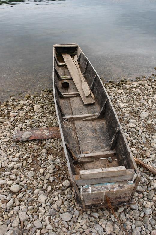 небольшая плоскодонная лодка долбленка